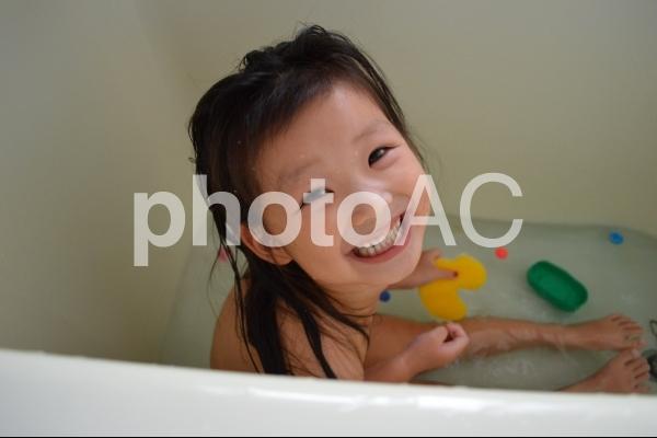 お風呂で遊ぶ子供の写真