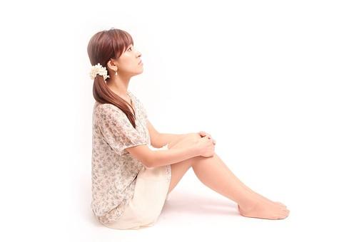 人 人間 人物 人物写真 ポートレート ポートレイト 女性 女 女の人 若い女性 女子 レディー 日本人 茶髪 ブラウンヘア セミロングヘア  白色 白背景 白バック ホワイトバック ポニーテール 座る 体育座り 三角座り 体操座り 見上げる スカート 裸足 横顔 mdfj012
