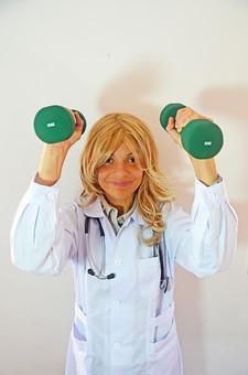 人物 女性 外国人 外国人女性 スペイン人 スペイン人女性 金髪 金髪女性 白人 白人女性 欧米人 病院 医療 若い ポートレート 仕事 働く 病院 白衣 診察室 医院 医療事務 福祉 白バック 白背景 施術 看護 聴診器 医者 ダンベル ウエイトコントロール リハビリ mdff022