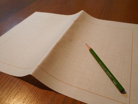 屋内 原稿用紙 鉛筆 暖かい 木 テーブル 書斎 天才 頭いい ブログ アイキャッチ