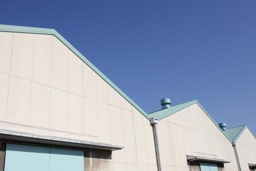 倉庫 貯蔵庫 産業 外観 建物 エクステリア 物流センター 物流 運送 保管 保存 工場 施設 ビジネス 会社 流通 運輸 配送 壁 外壁 排気口 屋根 扉 ドア 空 青空 晴れ 快晴 街並み 屋外 配送センター 三角屋根 無人 並ぶ アップ