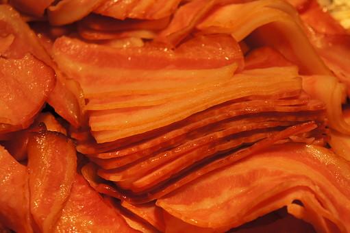 ベーコン ベイコン 豚肉 ぶたにく 肉 にく ニク 塩漬 燻製 具材 塩分 カロリー 肥満 食材 調理 料理 食べ物 食品 おかず 脂身 フライドベーコン 加工 加工品 加工食品 パンチェッタ スライス 薄切り