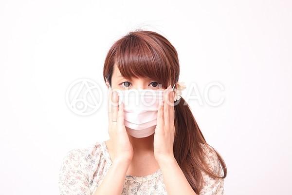 マスクを着けた女性1の写真