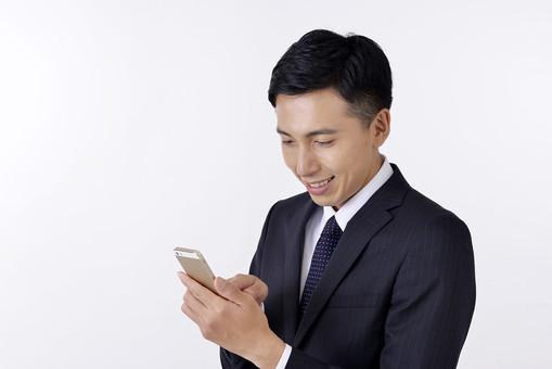 日本人 男性 男 男子 Men スーツ 背広 仕事 Job 働く サラリーマン 就労 労働 勤労 勤務 ビジネス 業務 お仕事 会社 オフィス 事務所 通勤 携帯 ケータイ スマホ Iphone 電話 屋内 室内 白背景 20代 30代 ビジネスマン mdjm001