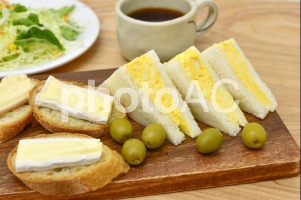 たまごサンドとチーズパンの写真