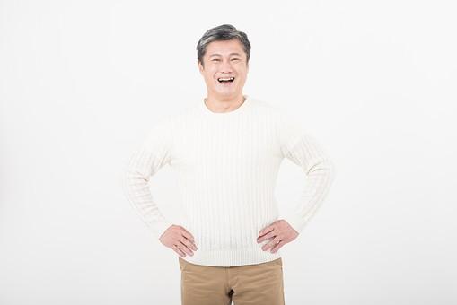 50代 中年 中高年 シニア ポーズ 白背景 白バック  白髪 しらが グレー グレーヘア 短髪 父 お父さん おじさん おじいさん おじいちゃん 目上 セーター 白いセーター 私服 プライベート  腰に手を当てる 腰 手 当てる 笑顔 スマイル   日本人 男性 男 mdjms013