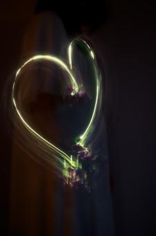 結婚 結婚式 幸せ 愛 幸福 ハート ラブ 蛍光 光 残像 緑 黄緑 黒背景 中心 マーク 光 模様 シンボル マリッジ カーブ 曲がる 丸い やわらかい 対象 反射