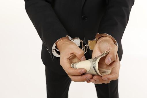 人物 男性 スーツ 手 手錠 現金 お金 マネー お札 犯罪 犯罪者 犯人 逮捕 賄賂 ワイロ 贈収賄 不正行為 差し出す 受け取る 事件 詐欺 窃盗 盗み 泥棒 白バック 白背景 捕まる 容疑者 不祥事 汚職 振込詐欺
