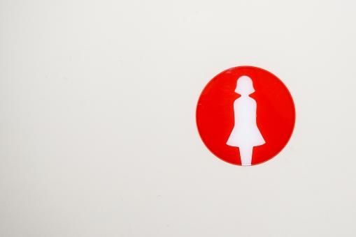 女子トイレ トイレット マーク 便所 トイレ 印 白バック 丸 赤 コピースペース 女性 シンプル