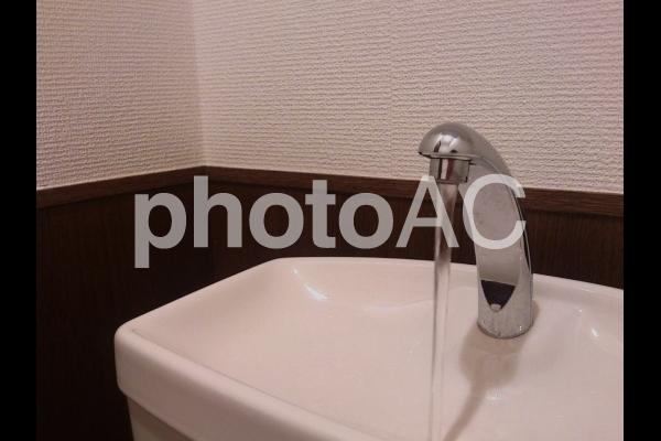 洋式トイレのタンクの写真