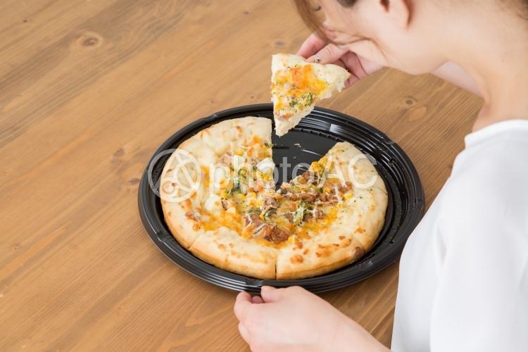 食べる女性の写真