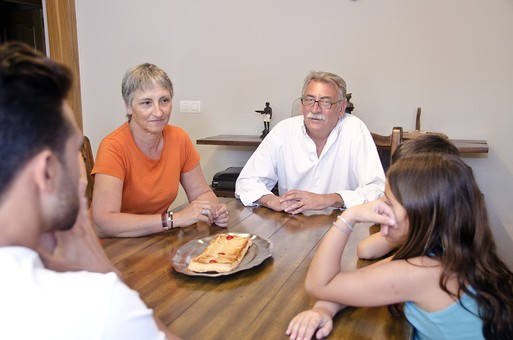 外国 海外 屋内 部屋 室内 ダイニング テーブル 食べ物 おやつ デザート スイーツ 人物 外国人 外人 家族 ファミリー  三世代 三世代家族 団欒 祖父母 祖父 おじいちゃん 祖母 おばあちゃん 父親 お父さん 子供 こども 子ども 男の子 女の子 娘 息子 シニア 老人 60代 70代 30代 mdjms003 mdfs006 mdfk010 mdfm040