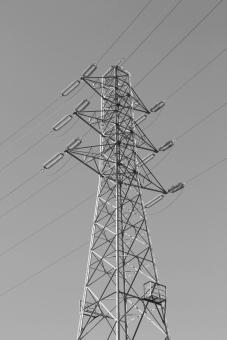 送電線 電線 電気 電力 エネルギー 鉄塔 技術 電圧 高電圧 電力会社 電力自由化 公共 施設 風景 景色 生活 電流 高所 作業 影響 被害 災害 復旧 ライフライン 日常生活 電気機器 家電 備蓄 ストップ 素材 背景 背景素材 エコ 環境 省エネ 建造物