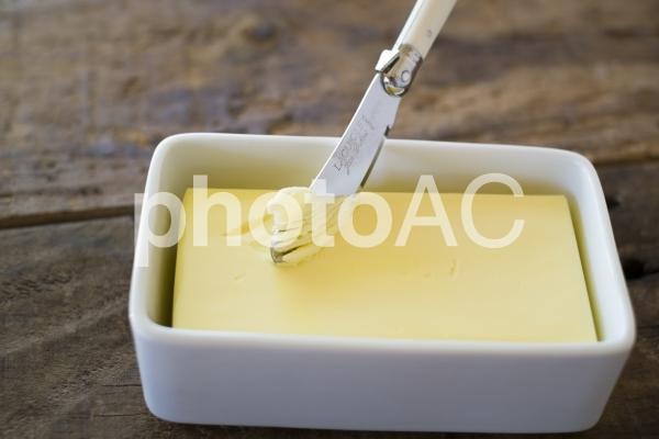 バターケースとバターナイフの写真