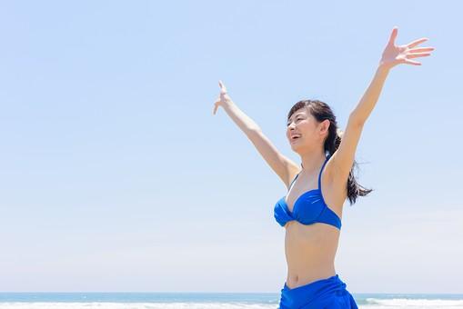 ビキニ 水着 日本人 ビーチ 海 砂浜 人物 旅行 旅 観光 オーシャン 青 ブルー 波 トラベル ホリデー 青空 晴天 晴れ 美女 綺麗 野外 屋外 夏 常夏 楽園 遊び 一人 手を上げる 笑顔 遊んでいる 楽しい 上半身 女性 海水浴 mdjf011