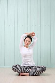 女性 若い女性 女 人物 部屋 一人暮らし リラックス 日本人 ライフスタイル 20代 休日 フィットネス 健康 ダイエット ストレッチ ヨガ YOGA 運動 体操 ポーズ 全身 座る 胡坐 正面 室内 屋内 腕 伸ばす mdjf001