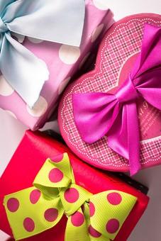プレゼント 贈り物 手土産 土産 水玉 ドット チェック 格子柄 リボン パープル 紫 ブルー 青 レッド 赤 ピンク 黄色 イエロー  ギフト 贈答 かわいい パステル やさしい おくり物 屋内 人物なし 物撮り 箱  ボックス 3個 ギフトボックス ひしめき合う 接近 接写 アップ
