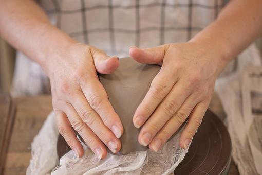 風景 人物 伝統 陶芸 工芸 教室 ハンドメイド 手作り 体験 職人 技 職人技 粘土 和風 焼き物 陶器 工程 制作 成型 芸術 デザイン アート 記念 美術品 彫刻 乾燥 焼く アトリエ 手 腕