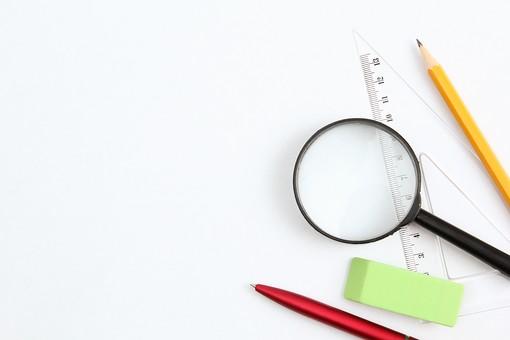 文房具 虫眼鏡 レンズ 鉛筆 エンピツ ボールペン 筆記用具 消しゴム 定規 三角定規 緑 赤 黄色 黒 透明 道具 アイテム ステーショナリー 文具 ペンシル イレーザー 拡大鏡 並べる 準備 用意 白背景