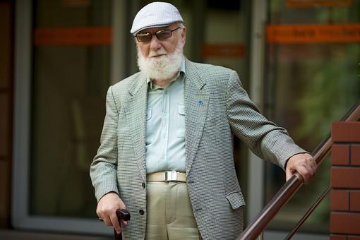 病院 医院 診療所 屋外 外 玄関 エントランス 階段 入口 外国人 白人 男性 老人 高齢 高齢者 おじいさん おじいちゃん 髭 ヒゲ ひげ 白髪 ハンチング帽 上着 ジャケット 立つ 下りる 手すり 杖 つえ サングラス 上半身 mdjms016