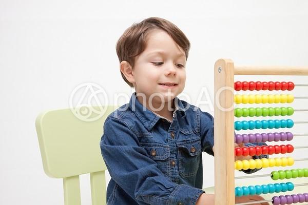 おもちゃで遊ぶ男の子25の写真