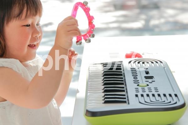 楽器を楽しむ幼児の写真