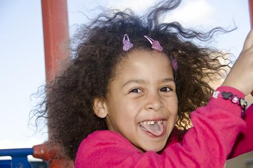 人物 生物 人間 生徒 学生 学童 子ども かわいい キッズ 幼い 外国人 外国 風景 学校 勉強 学び 教育 休み時間 休憩 放課後 自由時間 遊ぶ 屋外 遊具 楽しい  女の子 女子 アップ 笑顔 スマイル  mdfk033