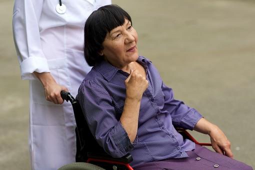 屋外 野外 外 病院 庭 公園 外国人 老人 高齢者 女性 おばあさん おばあちゃん 患者 女医 看護師 看護婦 ナース  白衣 医師 医者 スカート 車椅子 車いす 乗る 座る 押す 散歩 歩く 立ち止まる 止まる mdfs016