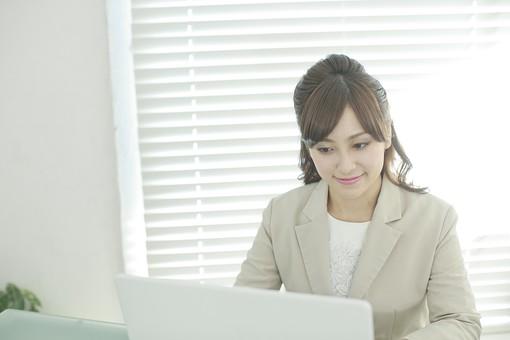 人物 女性  日本人 20代 30代  若い 若者 モデル おすすめ ポーズ  ビジネス OL 仕事 屋内 室内  オフィス 会社 スーツ 表情  パソコン PC デスクワーク 入力 操作 正面 集中 mdjf006
