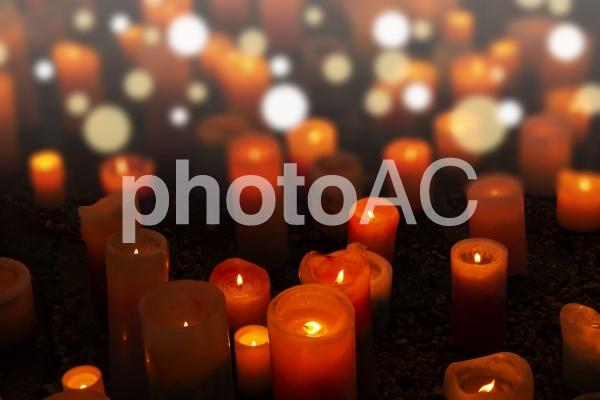 キャンドルナイトのような、キラキラ光るロマンチックなキャンドルがたくさんがが光る画像の写真