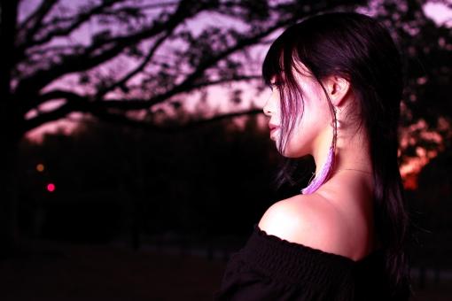 夕暮と黒い服の女性の写真