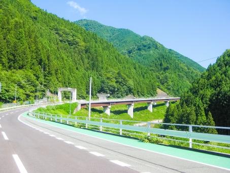 ツーリング コース ワインディング 山道 カーブ 道路 県道 ライダー バイク オートバイ 単車 山 ドライブ 行楽 旅行