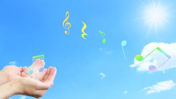 音符 音 メロディー 音楽 空 青空 太陽 輝く 明るい 上昇 前向き ポジティブ 背景 バックグラウンド 手 爽快 爽やか メルヘン ファンタジー 希望 舞う 飛ぶ 16:9 コンサート 発表会 音楽会 癒し リラックスリラクゼーション ヒーリング ハッピー 幸せ 幸福 しあわせ 喜び 喜ぶ ルンルン 気分上々 ラッキー カラオケ 歌 表現 春 夏 秋 青 水色 輝き 光 演奏 演奏会 メッセージカード ポストカード 壁紙 横長