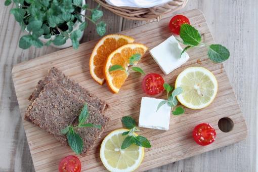 ドイツパン ライ麦パン チーズ トマト オレンジ レモン スペアミント ミント ハーブ 食事 食べ物 オードブル 前菜
