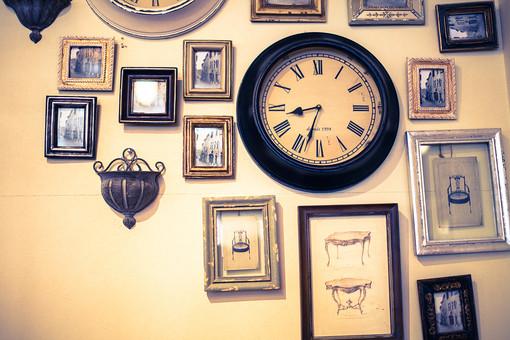 時計 クロック フォトフレーム 額縁 写真 フレーム ポストカード モノクロ 白黒 壁掛け アンティーク クラシック クラシカル 古い 昔の コレクション ディスプレイ 展示 アンティークショップ インテリアショップ 雑貨屋 雑貨店 セピア 思い出 懐かしい