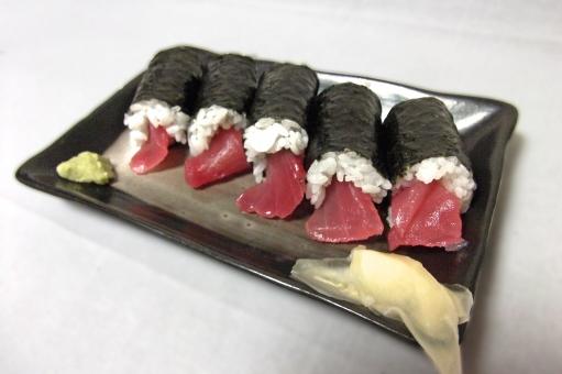 鉄火巻き 海苔巻き のり巻き 海苔巻 すし 寿司 鮨 スシ 和食 日本食 日本料理 まぐろ 鮪 マグロ 食べ物 食品 食材 料理 調理 グルメ gourmet 食事 食卓 食事の風景 食卓の風景 食料品 食糧 食料 風景 景色