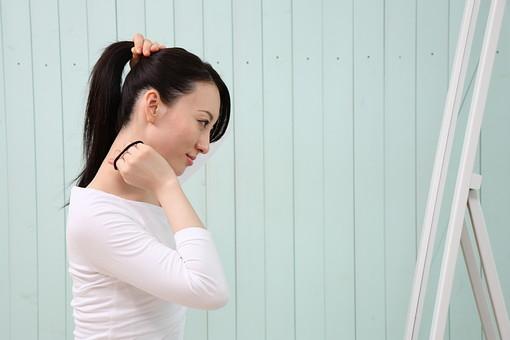 女性 若い女性 女 人物 部屋 一人暮らし リラックス 日本人 ライフスタイル 20代 休日 笑顔 スマイル 首 結ぶ 髪 髪の毛 束ねる まとめる ヘアスタイル ロングヘア ポニーテール 上半身 横向き 横顔 鏡 屋内 室内 ポーズ mdjf001