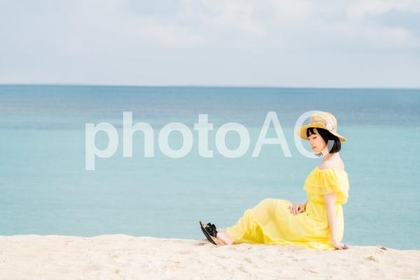 夏のビーチと女性の写真