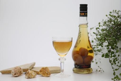 静物 工芸 芸術 デザイン アート 記念 美術品 美しい お祝い 特別 プレゼント グラス ガラス 透明 綺麗 飲み物 ドリンク お酒 アルコール 梅酒  もろい 割れる 壊れる はかない 危険 注ぐ ボトル