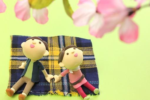 クレイ クレイアート クレイドール ねんど 粘土 クラフト 人形 アート 立体 イラスト 粘土作品 人物 笑顔 ほほえみ  女性 男性 男女 カップル 夫婦 デート  幸せ 仲良し  愛 恋  ラブ love 座る 寄り添う 見上げる  2人 お花見 花見 桜 ピクニック 春