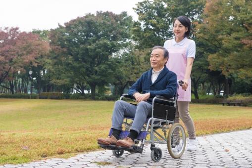 車椅子の男性と介護士22の写真