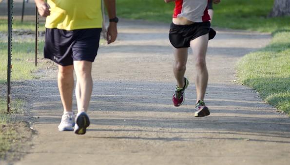 ランニング ウォーキング 競歩 トレーニング スポーツ 運動 ダイエット 健康 歩く 走る 男性 人物 屋外 外 ウエア 短パン 砂利道 道 地面 スニーカー 運動靴 筋肉 足 脚 影 昼間