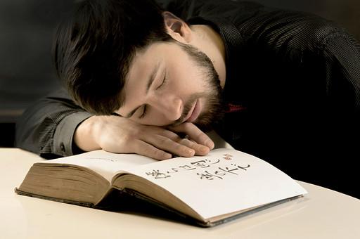 本 ブック 書物 書籍 図書 読書 読む 趣味 勉強 人物 男性 男 外国人 若い 若者 髭 20代 上半身 ページ 捲る めくる 開く 接写 クローズアップ 伏せる 寝る 目を閉じる 目をつぶる 日本語 うたた寝 mdfm079