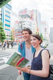 ガイドブックを見る外国人観光客カップル4の写真