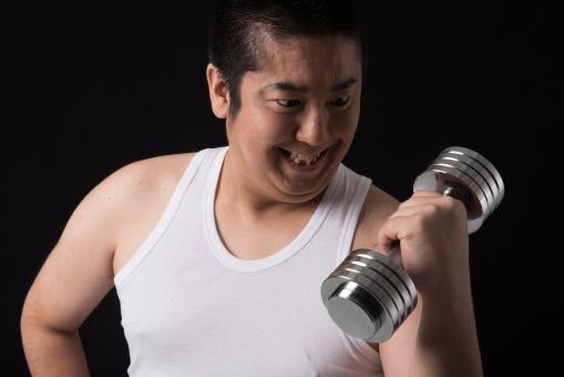 日本人 男性 ぽっちゃり 肥満 ダイエット トレーニング ワークアウト 運動 痩せる 痩せたい 黒バック 背景 無地 筋肉 筋トレ ジム ダンベル やる気 目標 ビフォー 太っている 太り気味 メタボ モテたい 努力 マッチョ ボディー タンクトップ 気合い 歯を食いしばる 力を入れる 真剣 汗 上腕二頭筋 mdjm017
