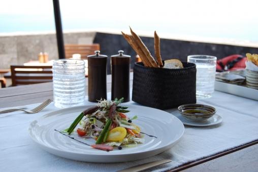 サラダ 食べ物 ランチ 朝食 ブランチ アジア レストラン テラス 白いお皿 野菜 グラス リゾート バリ 風景 料理 外食 洋食 食事