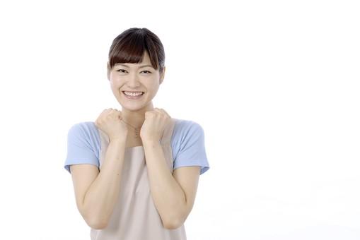 人物 屋内 白バック 白背景 日本人 1人 女性 20代 30代 エプロン  奥さん 奥様 婦人 家庭人 夫人 主婦 若い 手 両手 腕 曲げる まげる ガッツポーズ こぶし 拳 拳を握る 腕を曲げる 顎 顎に手を当てる やったー 嬉しい 喜び 達成 成功 笑顔 mdjf018