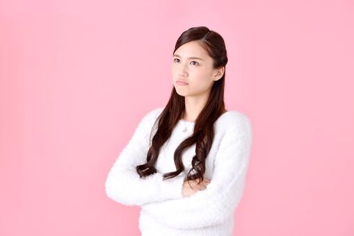 人物 女性 日本人 若者 若い   20代 美人 かわいい ロングヘア カジュアル  ラフ 私服 セーター ニット 屋内  スタジオ撮影 背景 ピンク ピンクバック ポーズ  おすすめ 上半身 腕組み 腕を組む 悩む 考える 迷う 不満 mdjf007