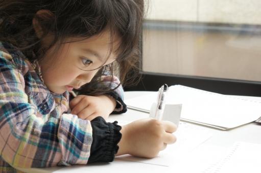 勉強 子供 こども 子ども 女の子 お絵かき 絵を描く 描く 書く 人物 目 ペン