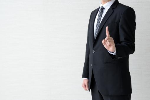 人差し指を立てるビジネスマンの写真